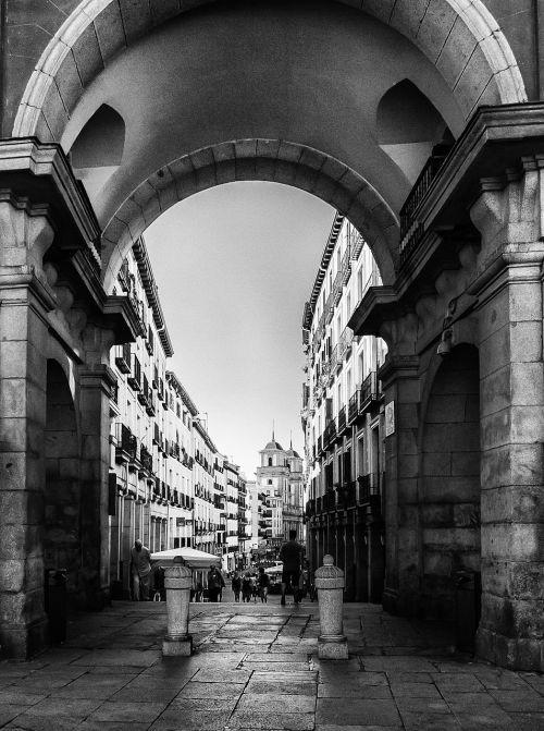 calle toledo plaza mayor madrid black white