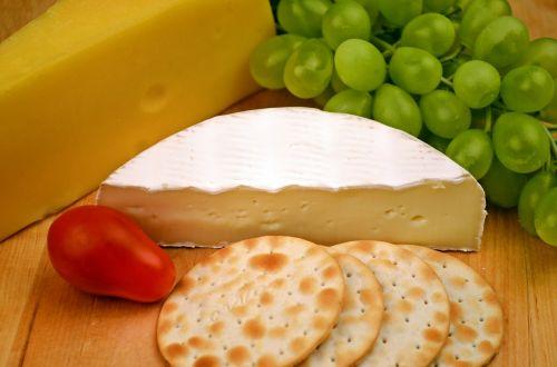 camembert cheese grapes