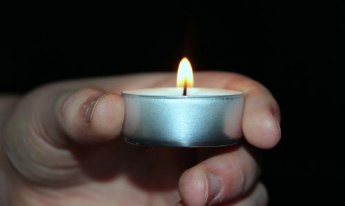 žvakė,tealight,šviesa,vaiko rankos,laikyti,liepsna,žvakių šviesa,tamsi,pragaras
