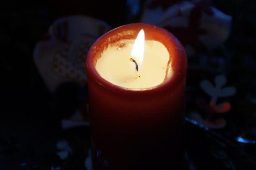 žvakė,deginti,Adventas,atvykimo vainikas,Kalėdų laikas,jaukus,tylus,šviesa,išdėstymas,Kalėdų papuošalai,liepsna,žvakių šviesa,žvakių liepsna,nudegimai,raudona