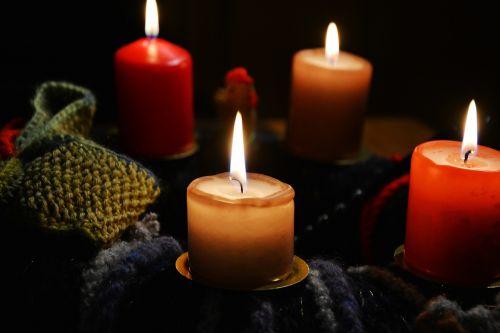 žvakės,atvykimo vainikas,Adventas,Kalėdų papuošalai,žvakių šviesa,4 atvykimas,Kalėdų laikas,liepsna,kontempliatyvas,ketvirta žvakė,adventlich,šviesa,žvakių liepsna