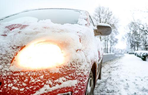 automobilis,šviesa,sniegas,oras,žiema,šaltas,kelias,kelionė,vairuoti,transporto priemonė,gabenimas,ledas,transportas,sezonas,sniegas,eismas,kaimas,automobilis,ratas,Slidu