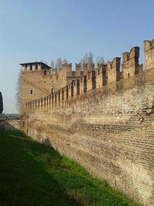 castelvecchio walls blackbirds