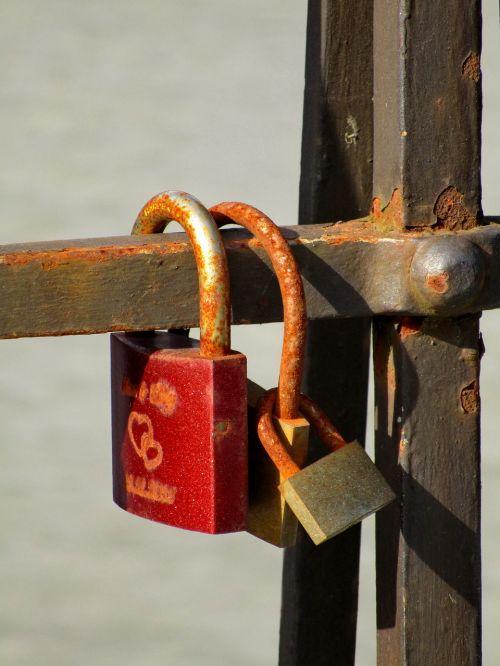 castle padlock connectedness