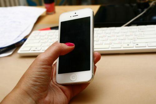 Mobilusis telefonas,iphone,rankomis su telefonu,telefonas,darbe
