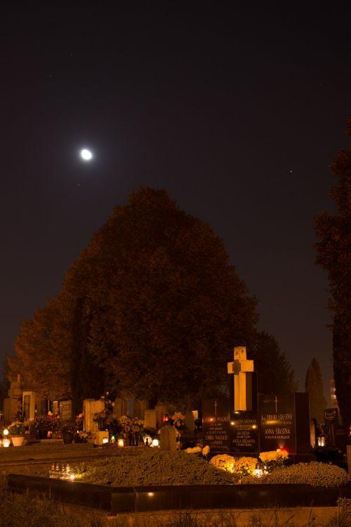 kapinės,žvakės,naktis,tamsi,miręs,kapas,paminklas,miręs,mėnuo
