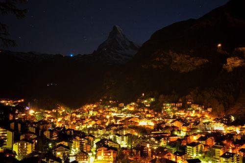 cervin,zermatt,swiss,gamta,kelionė,lauke,Europa,europos,Alpių,Alpės,žiema,aukštas,kalnas,grožis,Ceu,namelis,kraštovaizdis,peizažai,Šveicarija,turizmas,turizmas,turizmas,nevado,sniegas,naktis,šviesa,ryškumas,apšvietimas,naktinis matymas,miestas naktį,miestas,miesto naktį,architektūra,statyba,žibintai