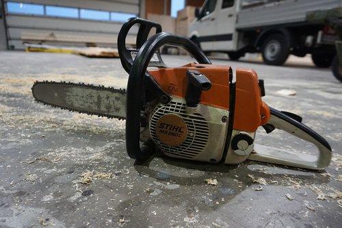chainsaw  work  wood