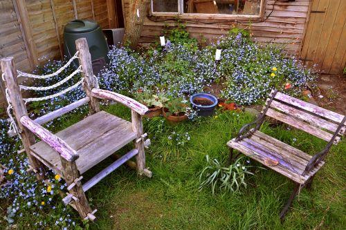 kėdės,sodas,sėdynė,baldai,lauke,žalias,žolė,vasara,augalas,niekas,sėdimosios vietos,gamta,atsipalaidavimas,eksterjeras,atsipalaiduoti,medinis,fotelis,tuščia,namai,veja,galinis kiemas,diena,parkas,kiemas,sodininkystė,lauko baldai,poilsis,sėdi,patogus