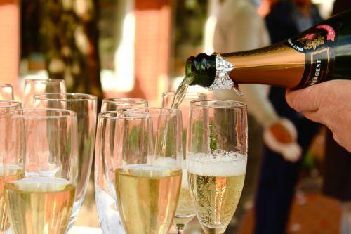 champagne pour a serve