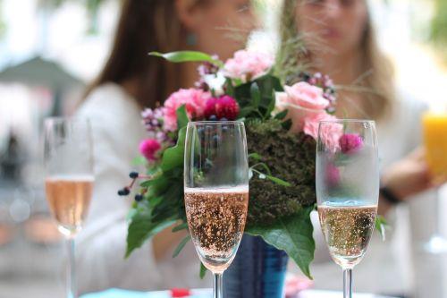 šampanas,Vestuvės,akiniai,tuoktis,elegantiškas,gera nuotaika,gerti,abut,stiklas,gimtadienis,kilnus,pasveikinimas,karoliukai,sveikinimai,jausmai,romantika,gėlės,alkoholinis,šventė,kartu,aperityvas,meilė,šeima,gėrimai