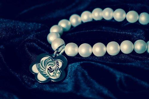 chaplet  pearl  velvet