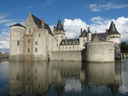 château of de sully sur loire chateau sully in the loire valley moated castle