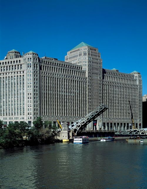 chicago merchandise mart bridge