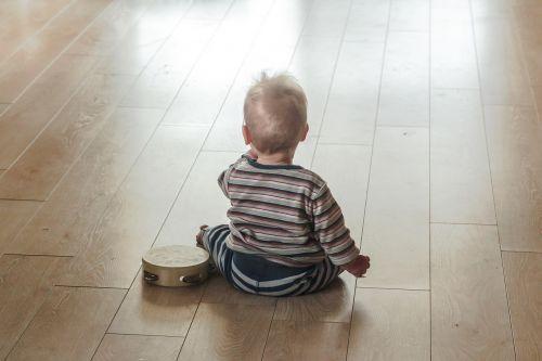 vaikas,muzika,sėdėti,jaunas,berniukas,muzikinis,garsas,vaikystę,klausytis,muzikantas,mielas,žaisti,šviesa,žiūri,mąstymas,ateitis,talentas,portretas