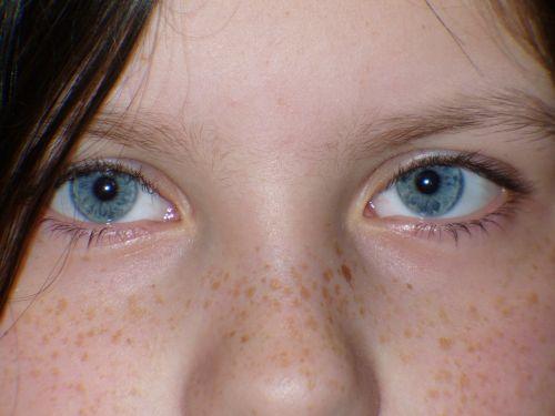 child eyes blue