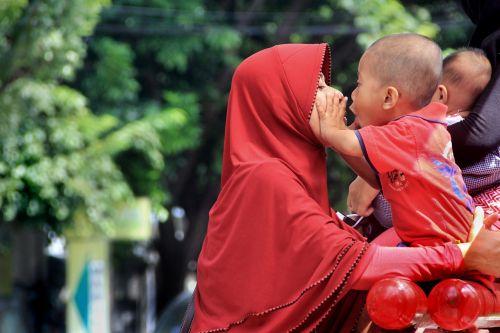 vaikas,vaikystę,juokinga,sūnus,mergaitė,bučinys,truputį,meilė,motina,protėviai,moterys,jaunas,hijab,indonesian