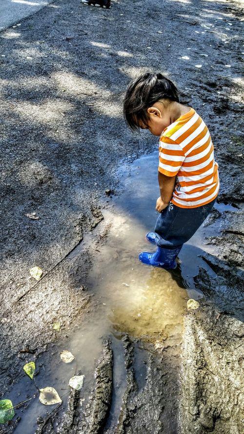child explore wonder