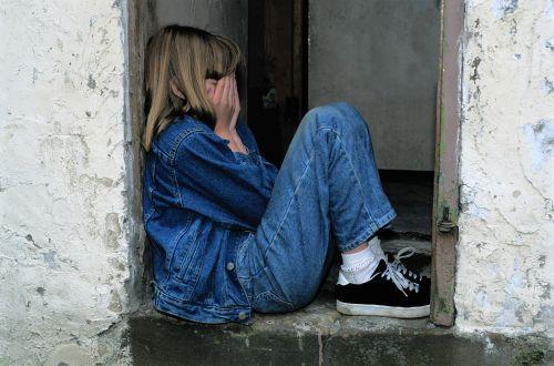 vaiko sėdi,džinsai,duryse,verkti,liūdnas,vienišas,išsigandęs,rankos ant veido