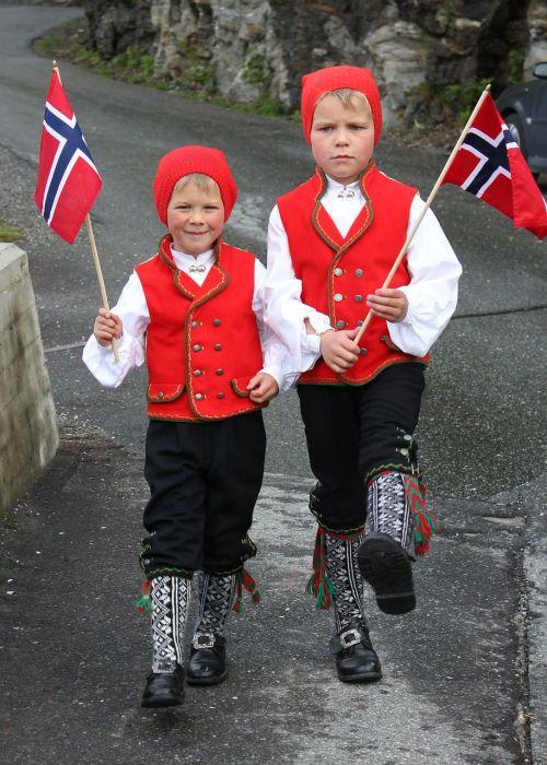 vaikai,kostiumas,tradicija,nacionalinis kostiumas,vėliava,Norvegija,Kovas,amatai,septynioliktoji galybė,Nacionalinis