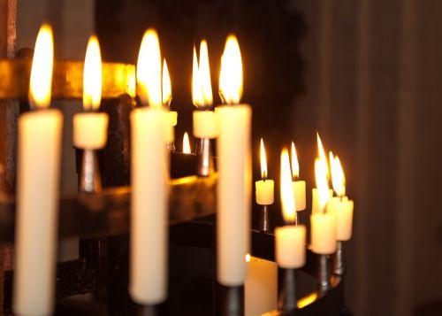 bažnyčia, tikėjimas, Jėzus, kunigas, kirsti, krikščionybė, dievas, žvakės, bokštas, langas, vitražas, malda, stiklo langas, žibintai, krikščionis, pastatas, varpas, liepsna, religija