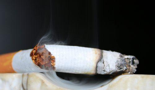 cigarečių,paskutinė cigarete,rūkymas,peleninė,cigarečių užpakalis,pelenai,cigarečių galas,sustabdyti,dūmai,krekas,praeinanti spinduliai,tabakas