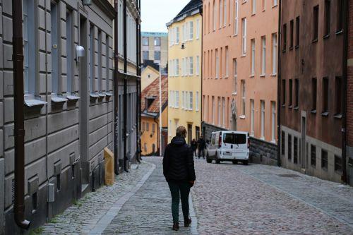 miestas,vienas,paminklas,gatvė,Stockholm,södermalm,daugiabutis namas,Švedija,fasadas,moteris,vaikščioti,vaikščioti