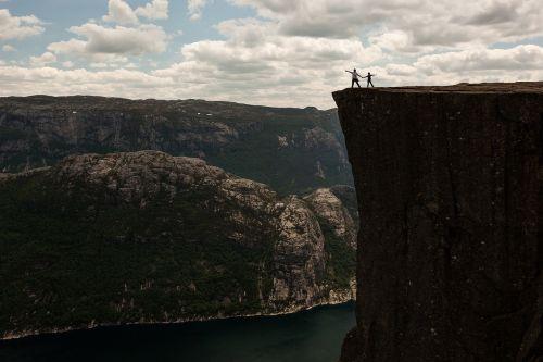 uolos,kalnas,Rokas,ežeras,vanduo,horizontas,debesys,mėlynas,dangus,turistinis,Kelionės tikslas,žmonės,pora,vyras