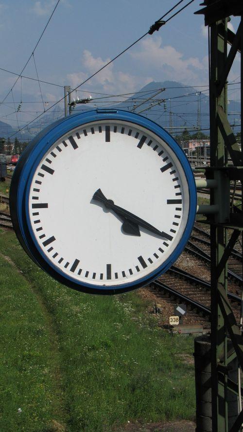 laikrodis,laikas nurodant,traukinių stotis,stoties laikrodis,geležinkelis,geležinkelių transportas,atrodė,kontaktinis tinklas,freilassing