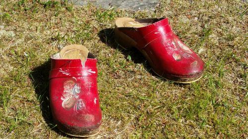 clogs grass red