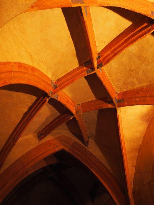 vienuolynas,antklodė,skliautinės lubos,vienuolynas lorch,vienuolynas,lorch,benediktinas vienuolynas,baden württemberg,Vokietija,namo vienuolynas,Hohenstaufeno namas,pastatas,architektūra,gauja,skydas,romantiškas,egzaminas,šviesa,šviesos efektas,apšviestas
