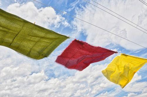 audiniai linija,staltiesė,staltiesės,vėjas,vėjas,sausas,senamadiškas,Šalis,šalies vėjas,raudona,geltona,žalias,puviniai debesys,mėlynas dangus su debesimis,mėlynas dangus