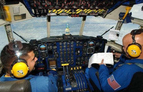 cockpit aircraft c130