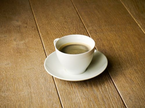 kava,kavos puodelis,taurė,pupos,gerti,kavos pupelės,šaukštas,lėkštė,porcelianas,naudos iš,kavos putos,Crema,karštas,kofeinas,pick-me-up,aromatas,kavos pertraukėlė,skonis,atsipalaidavimas,šokoladas,laikas baigėsi,mediena,medinės grindys