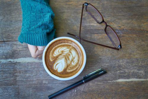 kava,kofeinas,gėrimas,nuotrauka,taurė,kavos puodelis,Labas rytas,fotografija,rytas,pabusti,espresso,kavinė,maisto nuotrauka,maistas,stalas,mediena,cappuccino,ruda,makro,fonas,mityba,pusryčiai,latte,restoranas,gerti,šviežias,Iš arti,gražus,spalvotas vaizdas,nešiojamojo kompiuterio,rašiklis,pasižymėti,knyga,darbas,žinoma,Rašyti,akiniai