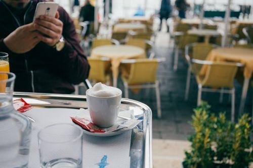 kava,cappuccino,pienas,putos,putos,karštas,gerti,espresso,taurė,lėkštė,šaukštas,stiklas,restoranas,stalas