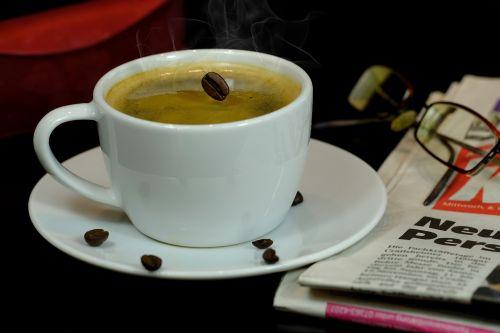 kava,kavos puodelis,kavos pupelė,pupelė,taurė,gerti,karštas gėrimas,kofeinas,naudos iš,laikraštis,skaityti,žinios,informuoti,pusryčiai,akiniai,pabusti,pick-me-up,espresso