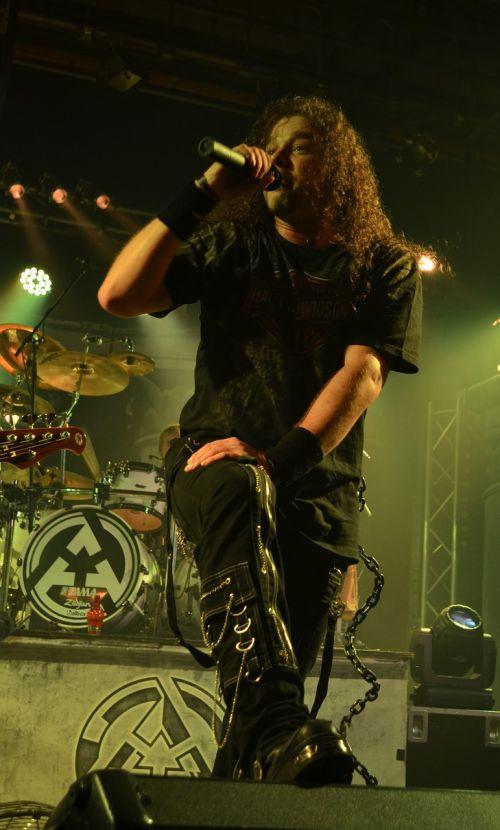 concert singer knee