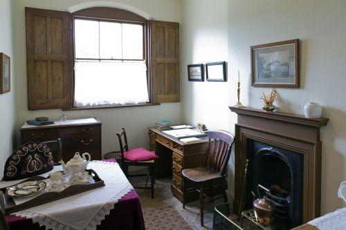 virėjo biuras, victorian, audley end, didingas namas, stalas, kėdės, židinys, arbatos dėklas, eglutės modelio medžio grindų danga, medinės žaliuzės, vario virdulys, komoda