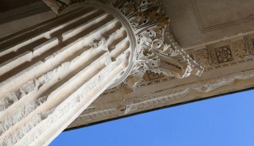 corinthian column maison caree