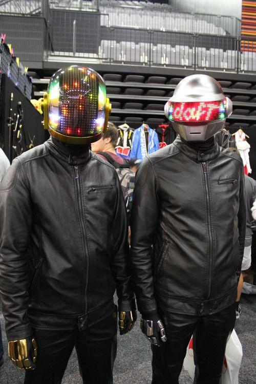 cosplay daft punk standing