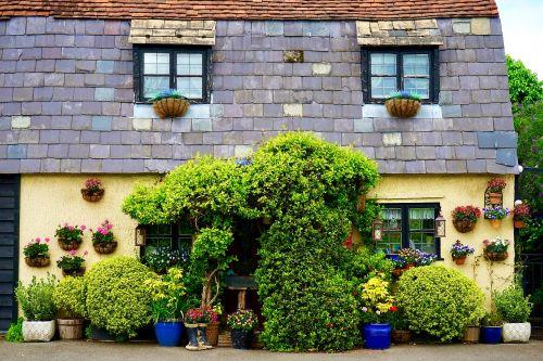 namelis,kaimas,namas,namai,pastatas,architektūra,stogas,gyvenamasis,kaimas,eksterjeras,nuosavybė,kaimas,langas,spalvinga,medis,senas,gyvenamoji vieta,vintage,istorinis,žalias,geltona smėlio spalva,siena,senovės,Senovinis,spalva,dekoratyvinis,kūrybingas,šviesus,apdaila,stilius,rėmas,Anglija,anglų kaimas,langai,augalai,gėlės,klasikinis,gėlių,dizainas