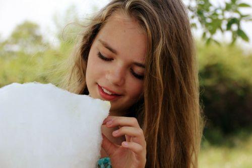 cukraus vata,saldus,mergaitė,kūdikis,šypsosi mergina,asmuo,gražiai,šypsosi,juoktis,šypsena,portretas,nuotrauka,Fotografas