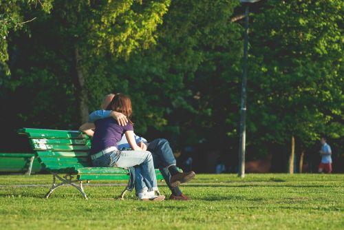 couple kissing kiss