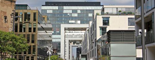 kranų namai,architektūra,Kelno katedra,Kelnas,šiuolaikiška,pastatas,stiklo langas,moderni architektūra,namai,Reino upė,rinas,Rheinauhafen,panorama,Vokietija,vandenys,upė,dangoraižiai,namai,biurų pastatai,gyvenamieji pastatai,biurų pastatas,plieno santvarų konstrukcija,įspūdingas,įspūdingas pastato formos,reginas,muitinės uostas,tektoninė koncepcija,fonas,fono paveikslėlis,stiklas,turizmas,aukštas,lankytinos vietos