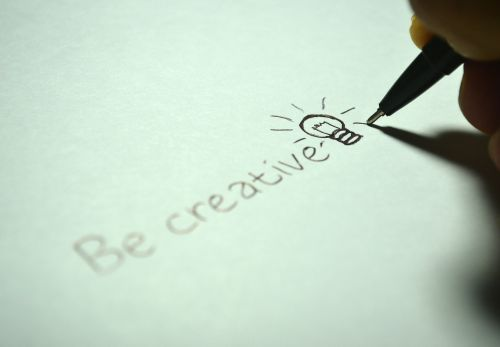 kūrybingas, Būk kūrybingas, rašyti, lemputė, idėja, popierius, rašiklis, kūrybiškumas, simbolis, piktograma, inovacijos, įkvėpimas, mąstymas, vaizduotė, ranka, piešimas, švietimas, balta, tirpalas
