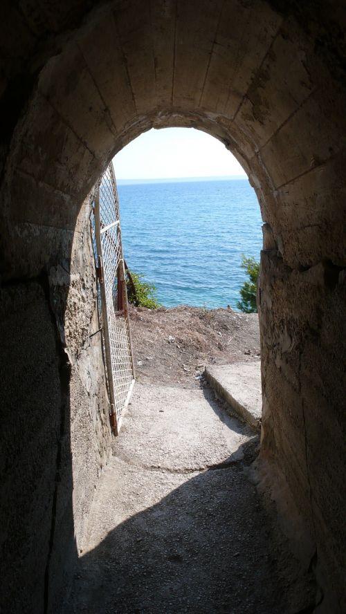 croatia podstrana archway