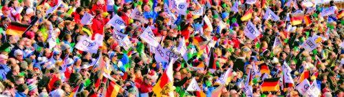 minios,vėliavos jūra,vėliavos,žmogus,auditorija,gerbėjai,kartu,tarptautinis,siluetai,žmonių grupė,grupė,įvykis,kiekybiniai,Asmeninis,bendruomenė,žmonės,rinkimas,daug,lankytojai,nudžiuginti,pasaulio taurė,slidinėjimo lenktynės,Grandstand,žiūrovai,žmonių kolekcija,susitikimas