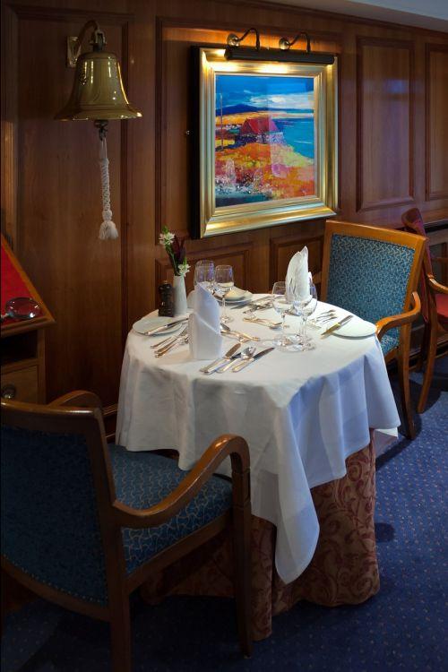 kruizinis laivas,valgomasis,stalas,kėdės,stalo įrankiai,servetėlės,vyno taurės,laivo varpas,sienų dailylentės,elegancija,prabanga,mv hebrajų princesė