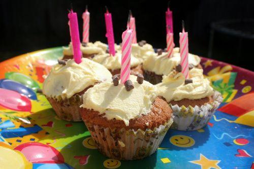 cupcake,žvakės,gimtadienis,vakarėlis,gimtadienio tortas,šventė,kepti,glaistymas,grietinėlė,spalvinga,laimingas,buttercream,saldus,apledėjimas,apdaila,šventė,mufino,meilė,namuose kepti,puodelio pyragas,skanus,cukrus,kepiniai,kalorijos,slapukas,valgyti,apvalus,naminis,gydyti,virimo,kepti,penėjimas,konditerijos gaminiai
